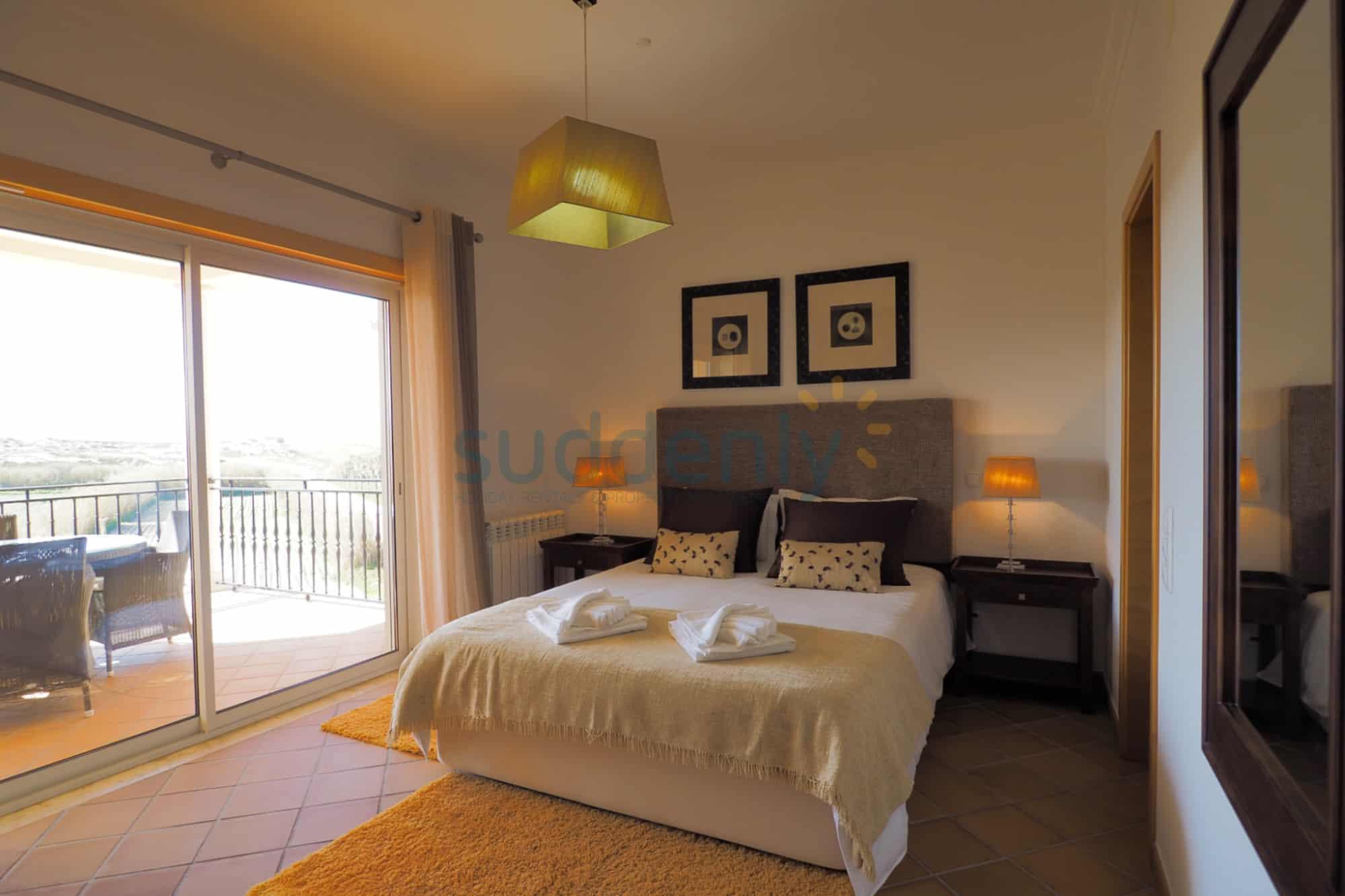 Holiday Rentals in Praia D'El Rey 262