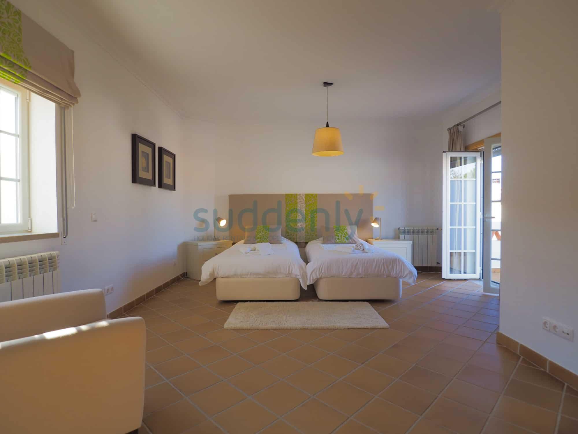 Holiday Rentals in Praia D'El Rey 336