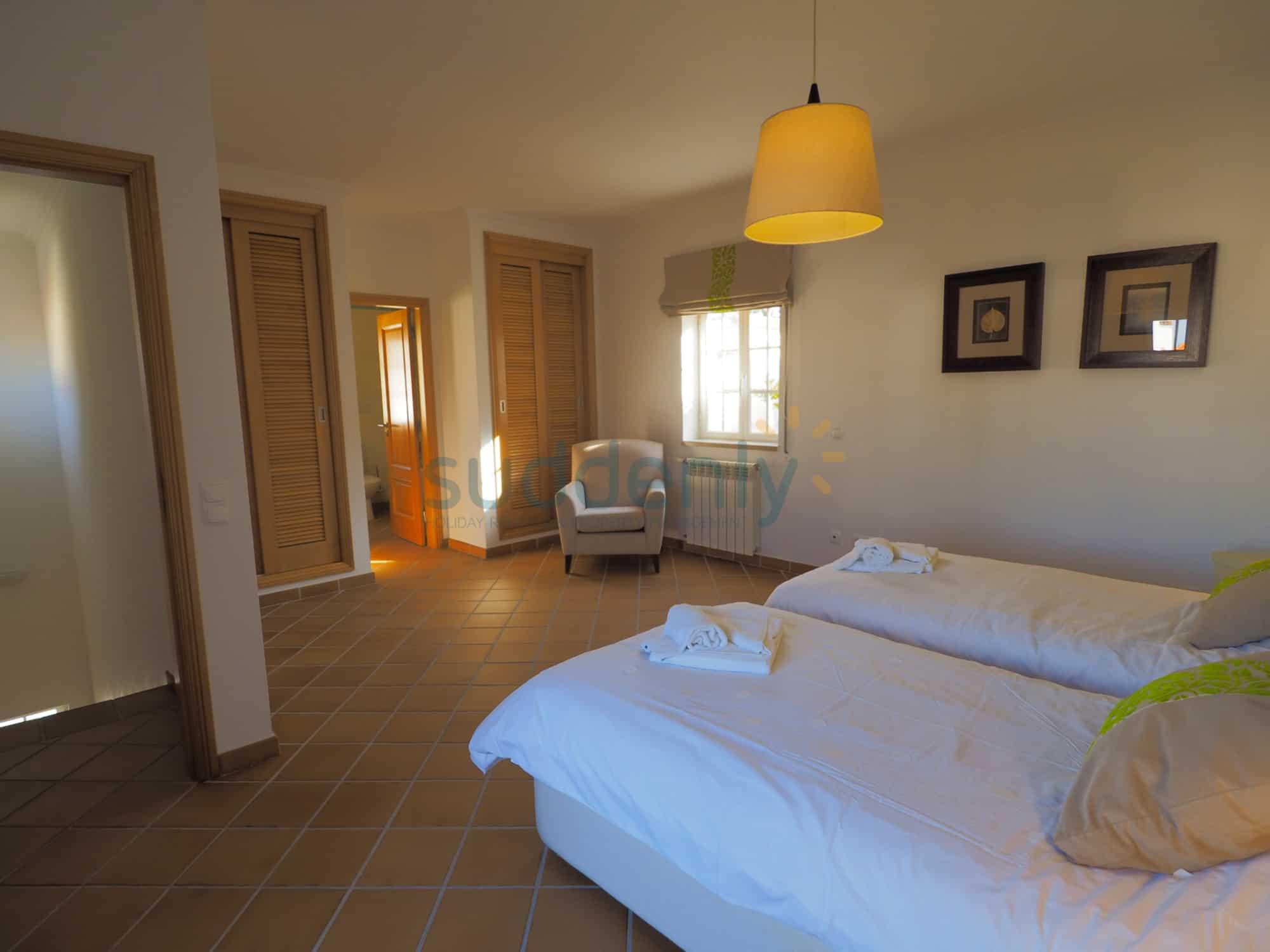 Holiday Rentals in Praia D'El Rey 346
