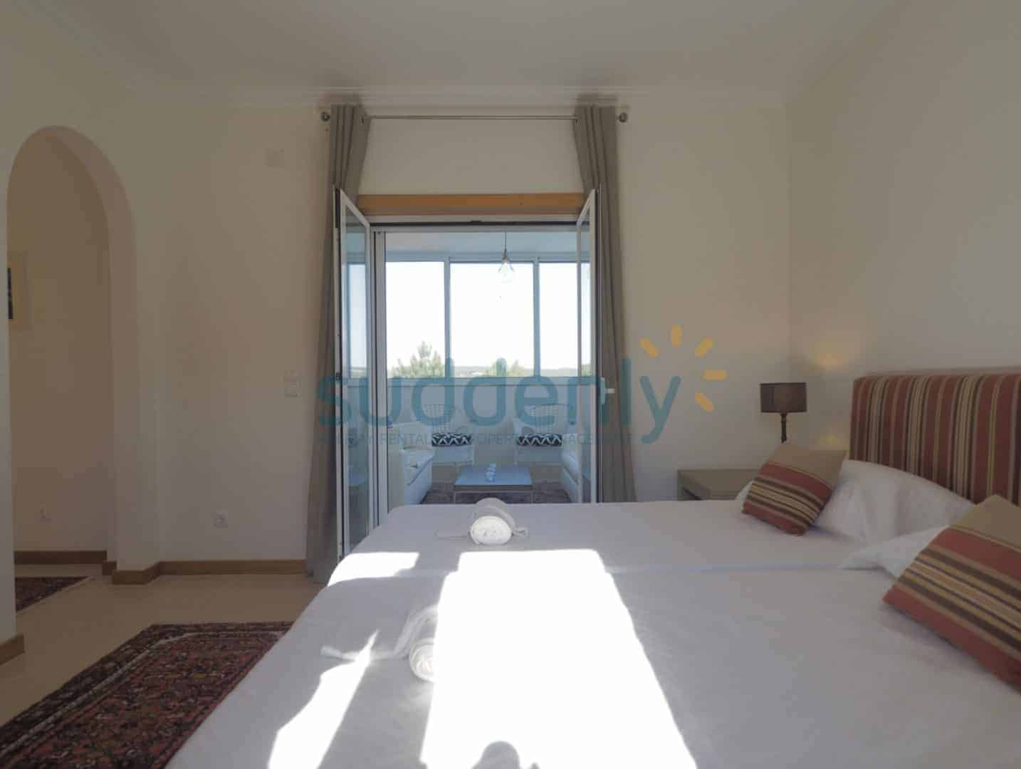Holiday Rentals in Praia D'El Rey 384