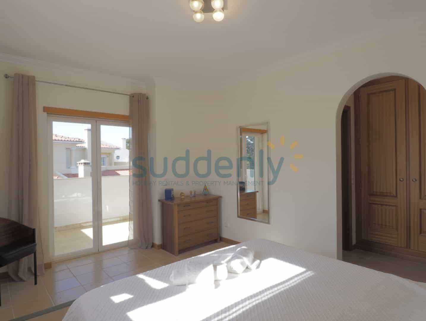 Holiday Rentals in Praia D'El Rey 390