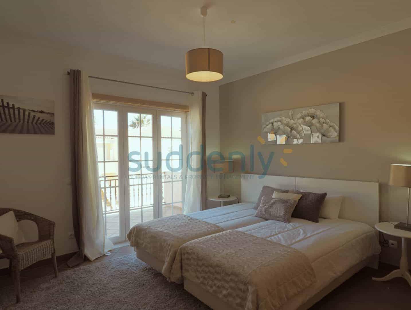 Holiday Rentals in Praia D'El Rey 267