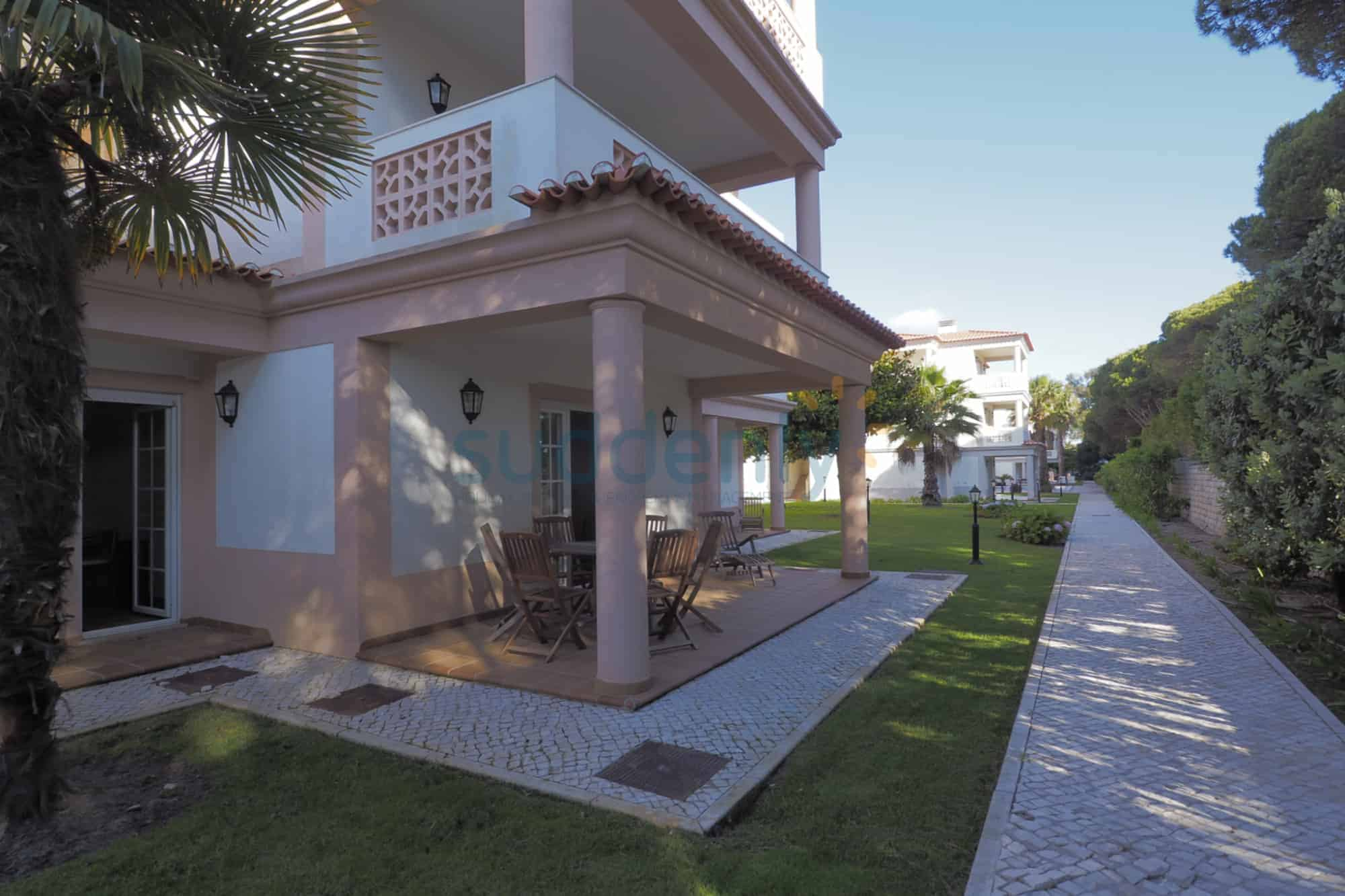 Holiday Rentals in Praia D'El Rey 407