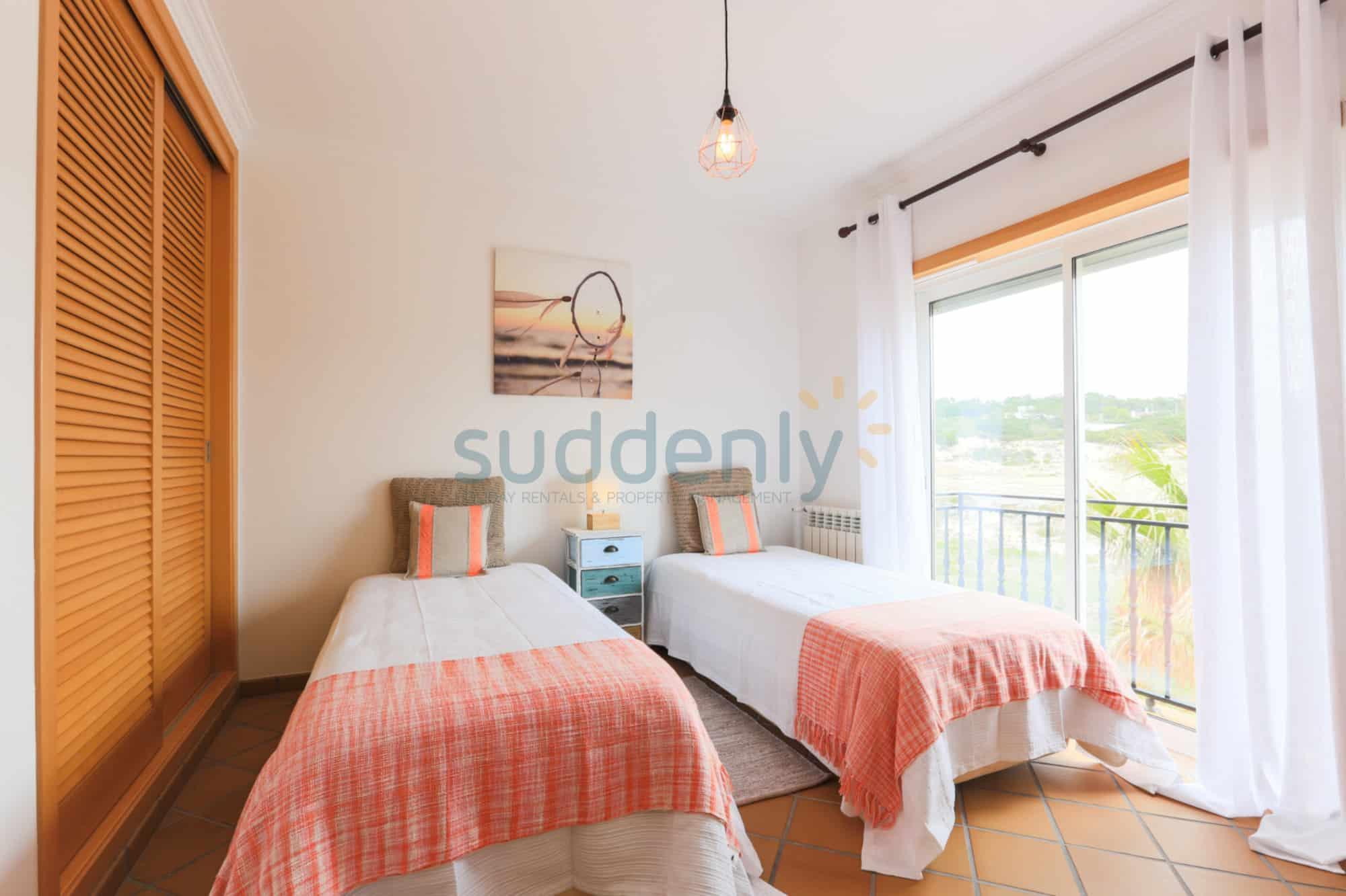 Holiday Rentals in Praia D'El Rey 300