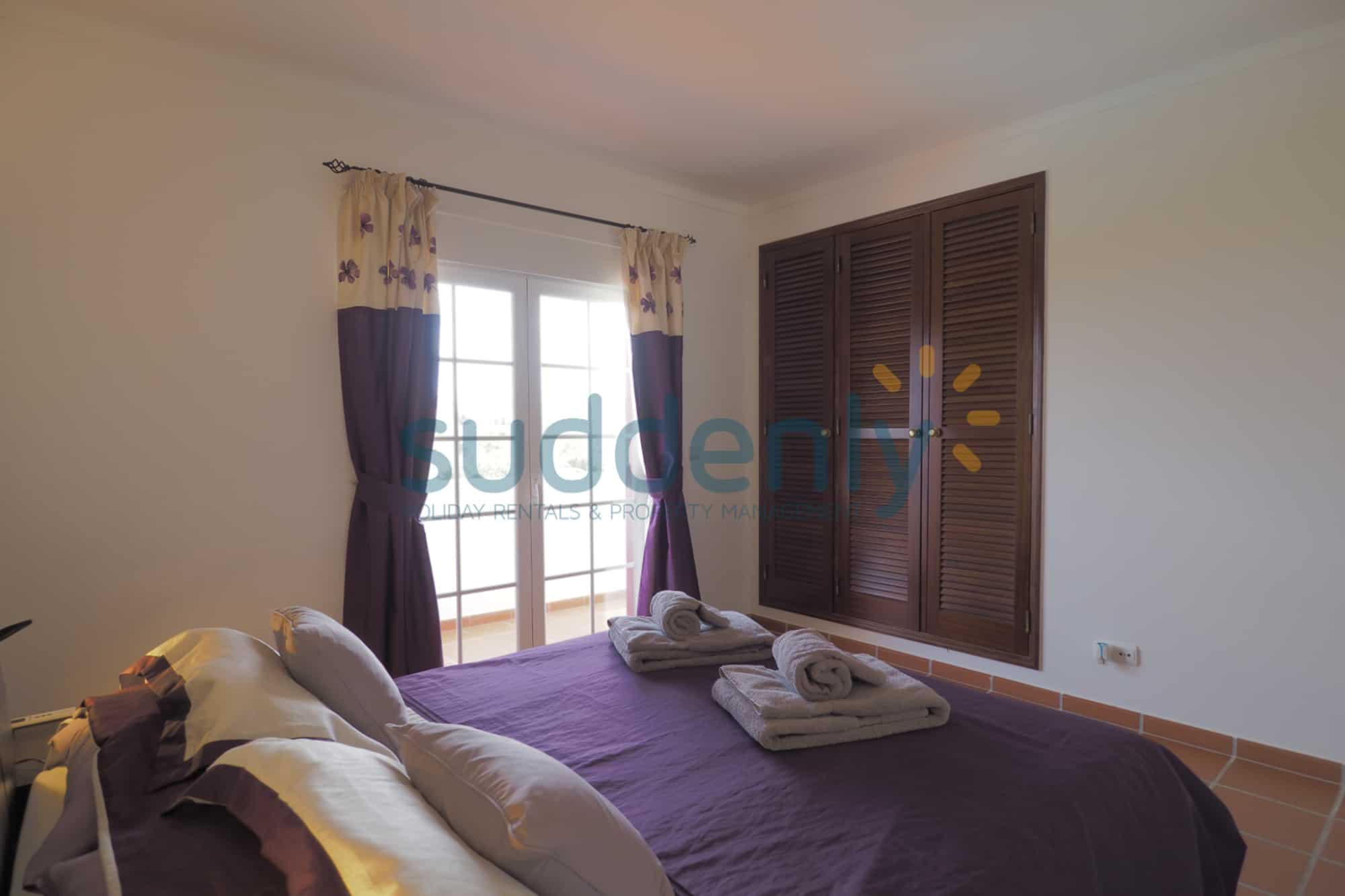 Holiday Rentals in Praia D'El Rey 241