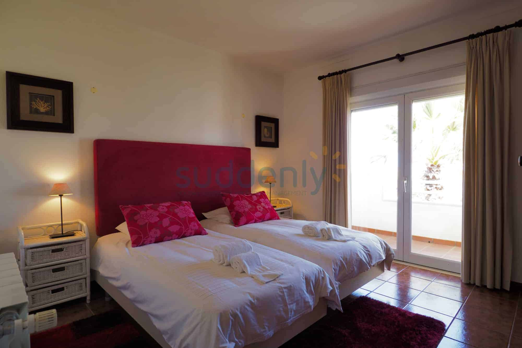 Holiday Rentals in Praia D'El Rey 292