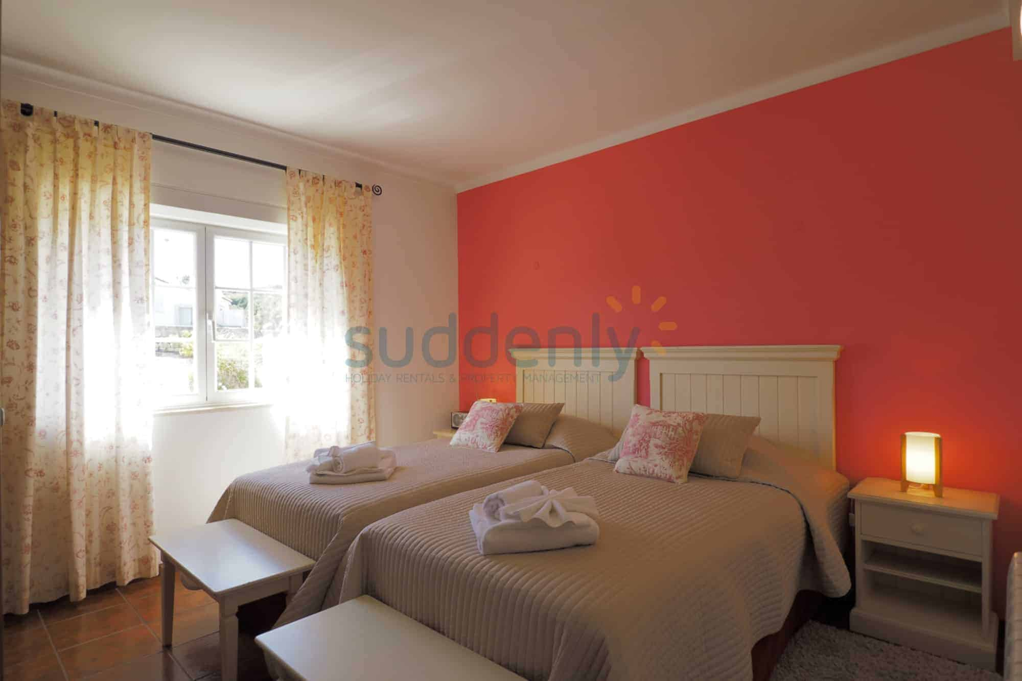 Holiday Rentals in Praia D'El Rey 350