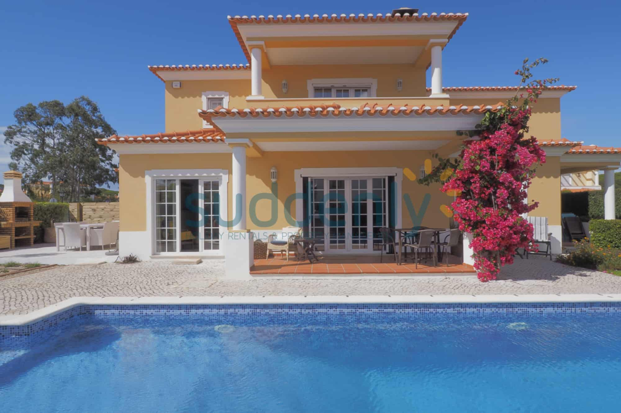 Holiday Rentals in Praia D'El Rey 321