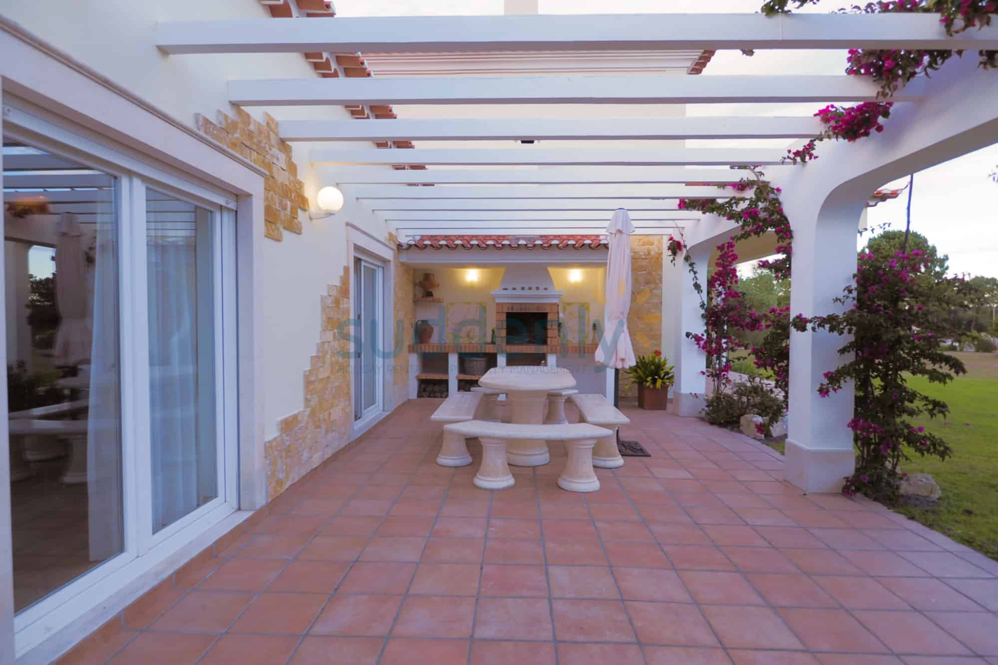 Holiday Rentals in Praia D'El Rey 188