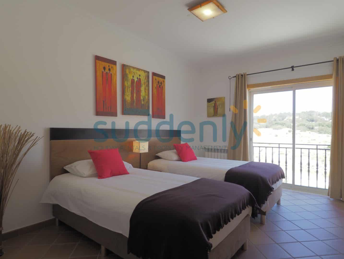 Holiday Rentals in Praia D'El Rey 186