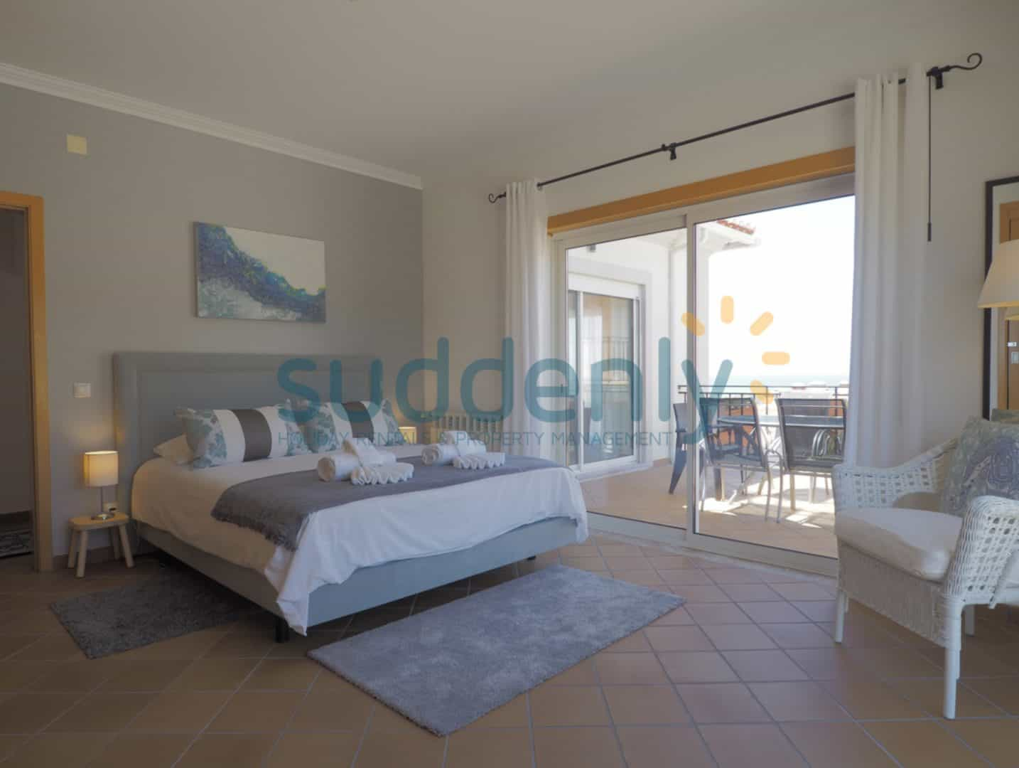 Holiday Rentals in Praia D'El Rey 177